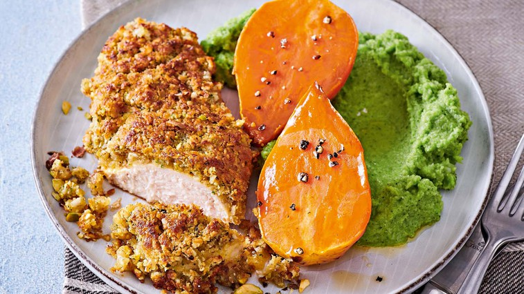 Piščančje prsi v hrustljavem ovoju s pečenim sladkim krompirjem in brokolijevim pirejem (foto: Profimedia)