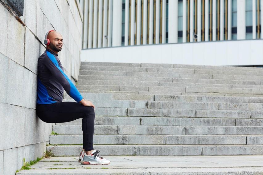 Za oblikovane in močne noge: Popestrite vajo sedenja ob steni