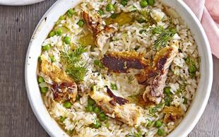 Pečena rižota z grahom in dimljeno skušo