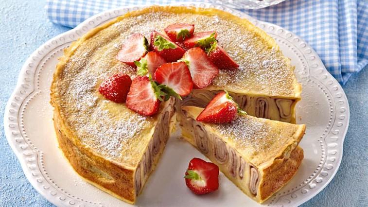 Palačinkina torta z jagodami (foto: Profimedia)
