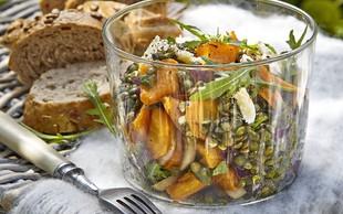 Solata iz sladkega krompirja, leče in vrtne zelenjave