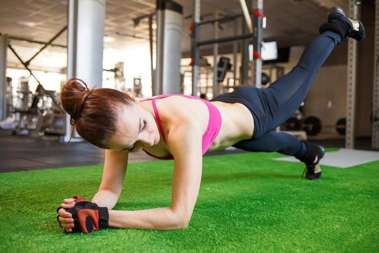 PLANK Z DVIGOVANJEM NOGE Najprej upoštevajte osnovna pravila pri izvedbi planka: - napnite trebušne in zadnjične mišice, medenico obrnite navzven …