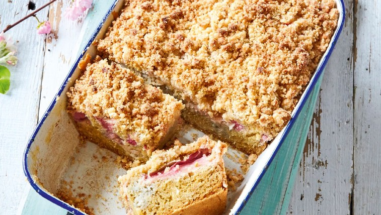 Rabarbarin kolač z marcipanovim drobljencem (foto: Profimedia)