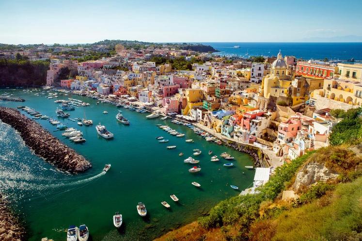 PROCIDA Italija Velikost: 4,3 km² Otok je v neposredni bližini mesta Neapelj ter je manj znan, kot sta bližnja otoka …