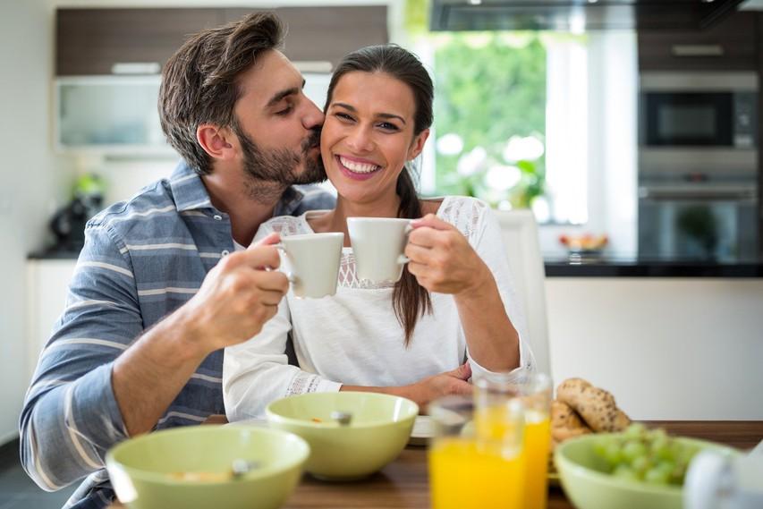 5 zares preprostih nasvetov, kako začeti dan polni energije  (+ recept za kremast energijski napitek)