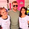 Denis Avdić je tekačice zabaval in pozval k dobrodelnosti v iniciativi Združimo korake