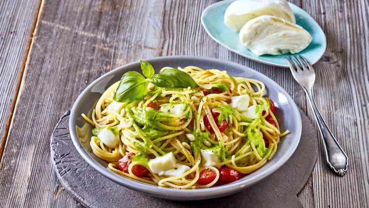 Špageti z bazilikovim pestom in mocarelo (foto: Profimedia)