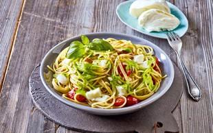Špageti z bazilikovim pestom in mocarelo