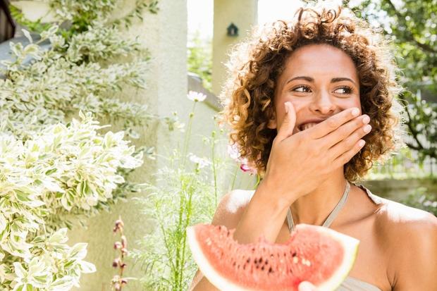 ZAKAJ LUBENICA? - Če boste v poletnem času uživali lubenico in drugo podobno sadje ter zelenjavo, ki vsebuje velike količine …