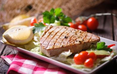 Najboljše ribe za peko na žaru in recept za lahko poletno kosilo