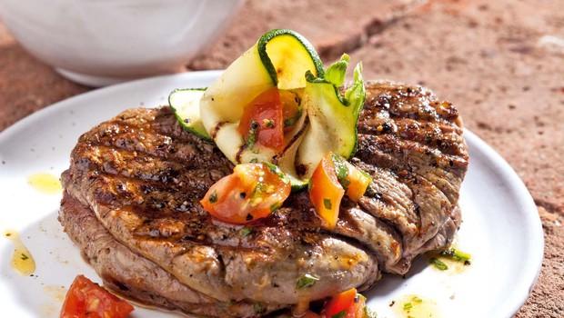 Goveji steaki s paradižniki v baziliki (foto: Profimedia)