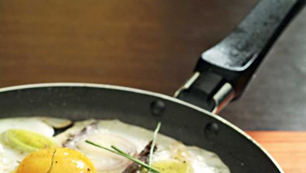 Jajca z inčuni in šalotko (foto: Profimedia)