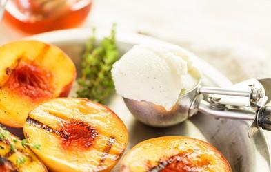 Karamelizirano sadje z domačim vaniljevim sladoledom
