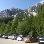 Parkirišče in začetek poti, ki se skriva za avtomobili. (foto: zasebni arhiv)