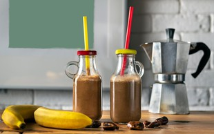 RECEPT: Slasten kavni smoothie - za dodatno dozo energije (tudi veganska različica)