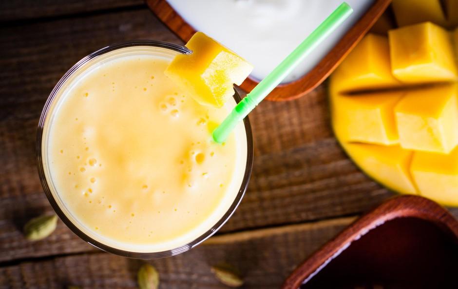 Jogurtov smuti z mangom proti aknam (foto: profimedia)