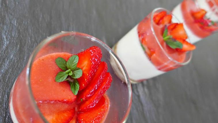 Kokosova panna cotta z jagodami (vegansko) (foto: Minci Kuha)