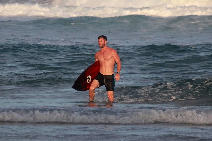 Chris Hemsworth Mišičasti zvezdnik filmov o Thoru je odličen športnik, a največkrat ga boste srečali na plaži z desko pod …