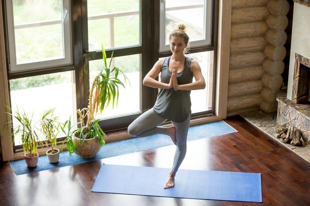 DREVO Če ste se že kdaj preizkusili v jogi, vam je vaja verjetno že dobro znana. Vsi, ki je niste, …