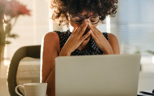 Vam pitje kave povzroča glavobol ali migreno?