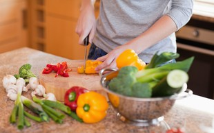 Svetovni dan hrane: Slovenec na leto poje 152 kg sadja, 117 kg zelenjave in kilogram medu