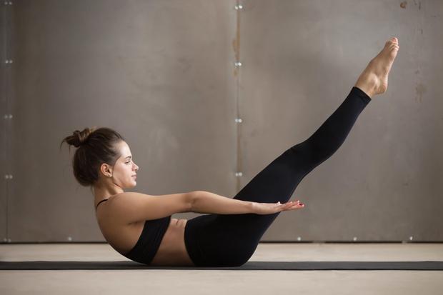 PREMIKANJE ROK Vajo ste morda videli na kakšni uri pilatesa. Dvig glave vključi trebušne mišice, pomikanje rok naprej in nazaj …