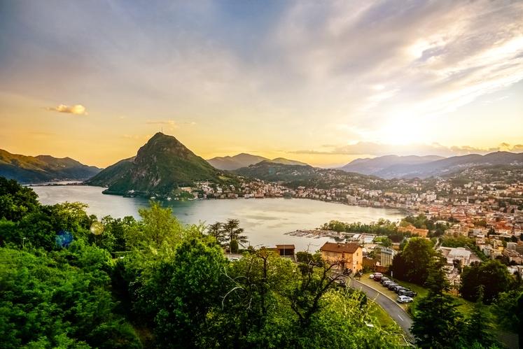 Lugano leži ob Luganskem jezeru med gorama Brè in San Salvatore. Ima približno 65 tisoč prebivalcev, večinoma italijansko govorečih Švicarjev. …