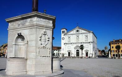 Izlet: Palmanova - mesto v obliki zvezde, za mogočnim zidom, Unescovo zaščito, nagrajeno kavo in obveznim nakupovanjem
