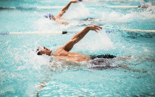 Pridobivanje mišične mase: Kako učinkovito je pri tem plavanje?