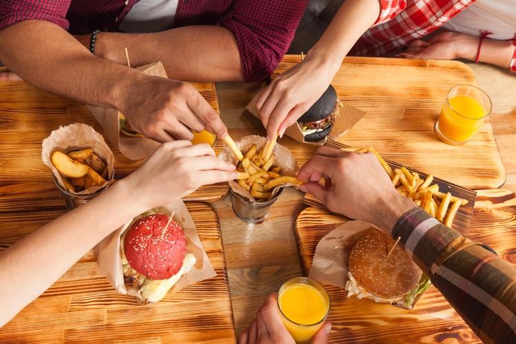 Nič novega ni, da hitra hrana slabo učinkuje na naše telo, a vseeno se ji včasih ne moremo upreti. Če …