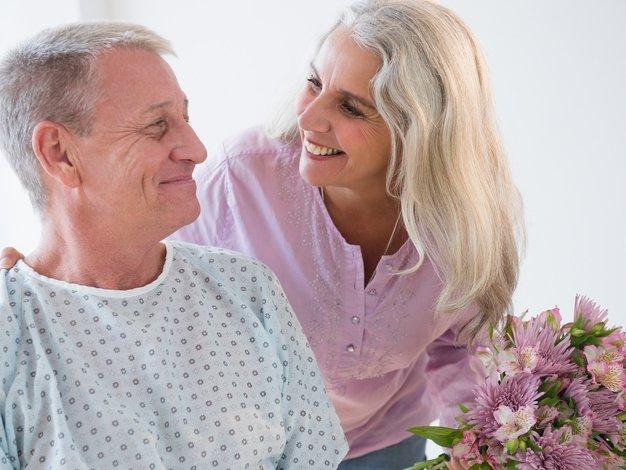 Če le lahko, bolnika vedno razveselite s šopkom rož - Foto: Profimedia