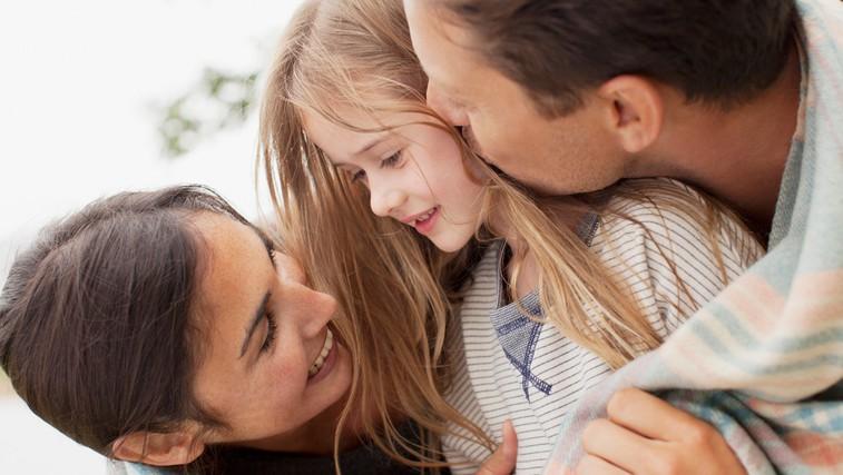 Kako otroštvo vpliva na partnerske odnose: 4 tipi navezanosti, ki izhajajo iz našega odnosa s starši (foto: Profimedia)