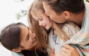 Kako otroštvo vpliva na partnerske odnose: 4 tipi navezanosti, ki izhajajo iz našega odnosa s starši