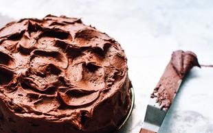 Sijajna novica: Zakaj bi pozimi morali jesti več čokolade? (+ Recept za hitro čokoladno torto)