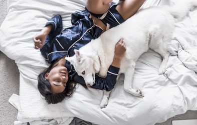 7 razlogov, zakaj lahko vaš kuža spi poleg vas
