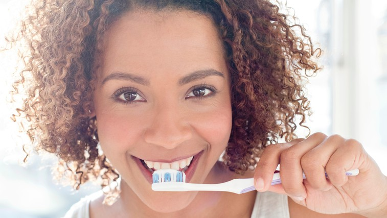 Ste prepričani, da si zobe ščetkate pravilno? (nasveti zobozdravnice) (foto: profimedia)