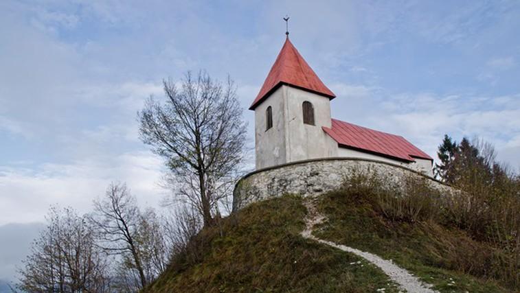 Ideja za kratek razgiban izlet: vzpon na Sveti Lovrenc in ogled Polhovega Gradca z grajskim poslopjem (foto: DDD)