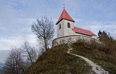 Ideja za kratek razgiban izlet: vzpon na Sveti Lovrenc in ogled Polhovega Gradca z grajskim poslopjem