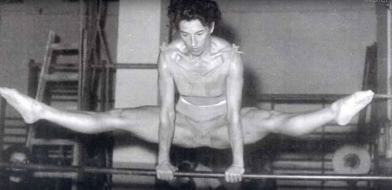 Drugo zlato medaljo oz. kar štiri je osvojila na OI v Melbournu. Pri 35 letih! In je postala najstarejša ženska gimnastičarka, ki je domov odnesla zlato.