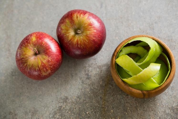 JABOLKA Srednje veliko jabolko ima 397.75 kJ (95 kcal) in 5 gramov vlaknin. Olupek pa vsebuje ursolno kislino, naravno rastlinsko …