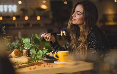 6 načinov, kako prakticirati čuječno prehranjevanje (in dobri razlogi, zakaj preizkusiti)