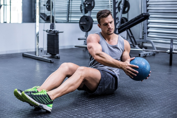 ZASUK - Vsedite se, zravnajte hrbet in nagnite trup iz centra proti tlom (kot na sliki). Tako morate ostati cel …