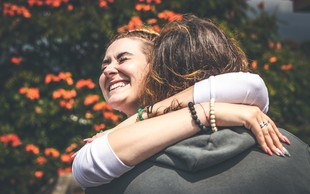 7 razlogov, zakaj bi se morali vsak dan objemati