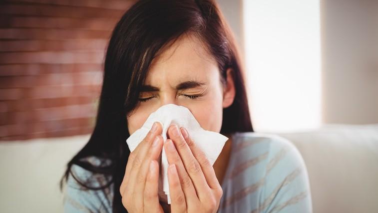 Ta navada povzroči hitrejše širjenje virusov in bakterij (vsi jo delamo večkrat dnevno!) (foto: profimedia)
