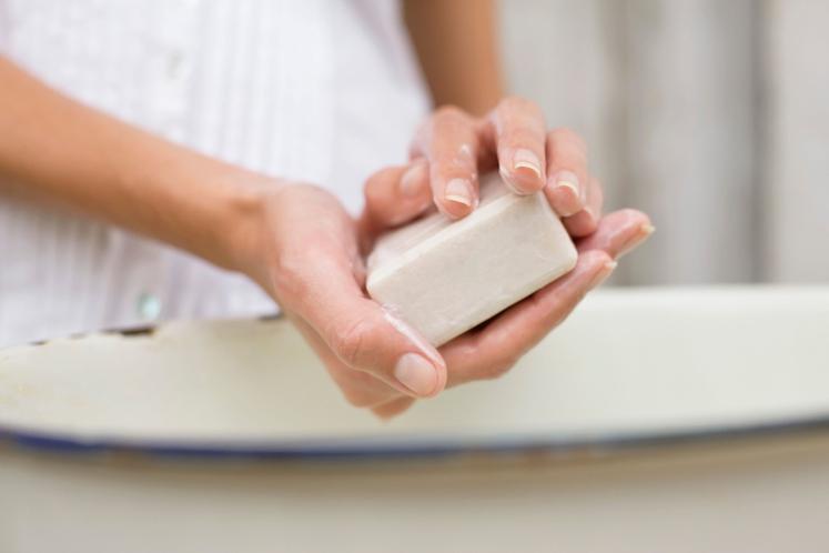 STA VODA IN MILO DOVOLJ? Nekateri menijo, da so bolj učinkovita antibakterijska mila, vendar to ni vedno res. Nekatere bakterijske …
