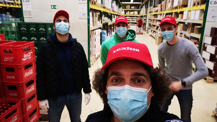 Trenerji in prostovoljci SZS priskočili na pomoč pri dostavi izdelkov Mercatorja (foto: Promocijski material)