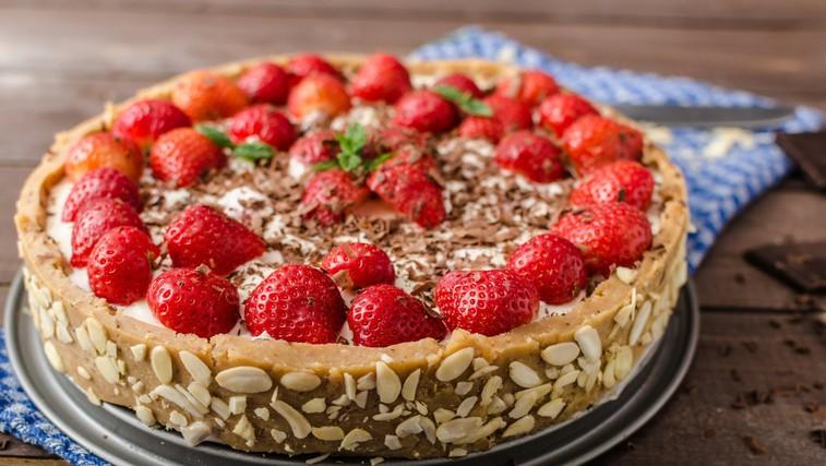 Slastna mandljeva torta z jagodami in malinami (brez sladkorja!) (foto: profimedia)