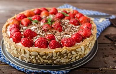 Slastna mandljeva torta z jagodami in malinami (brez sladkorja!)