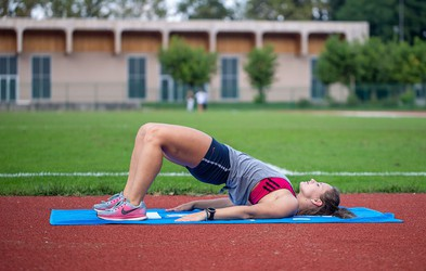 VIDEO: Kratek trening moči s trenerko atletike pri tek.si (primeren tudi za tekače)