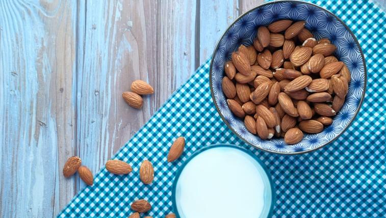 Mandlji so super zdrav prigrizek! Veste zakaj? (+ preprost recept za domače mandljevo mleko) (foto: profimedia)